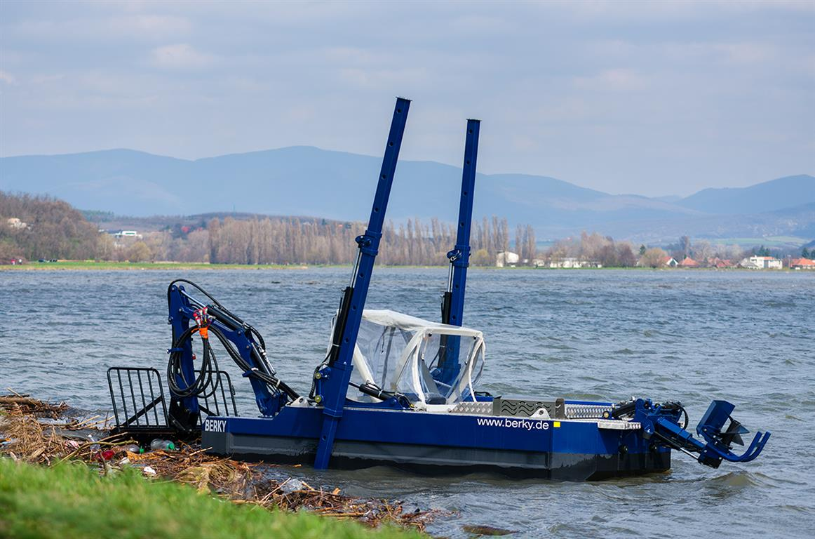 Bager Laborec, dredger, suction dredger, Laborec, dredging, mowing, kosenie bagrom, čisté jazero, čistenie jazier, zber odpadu, waste collection