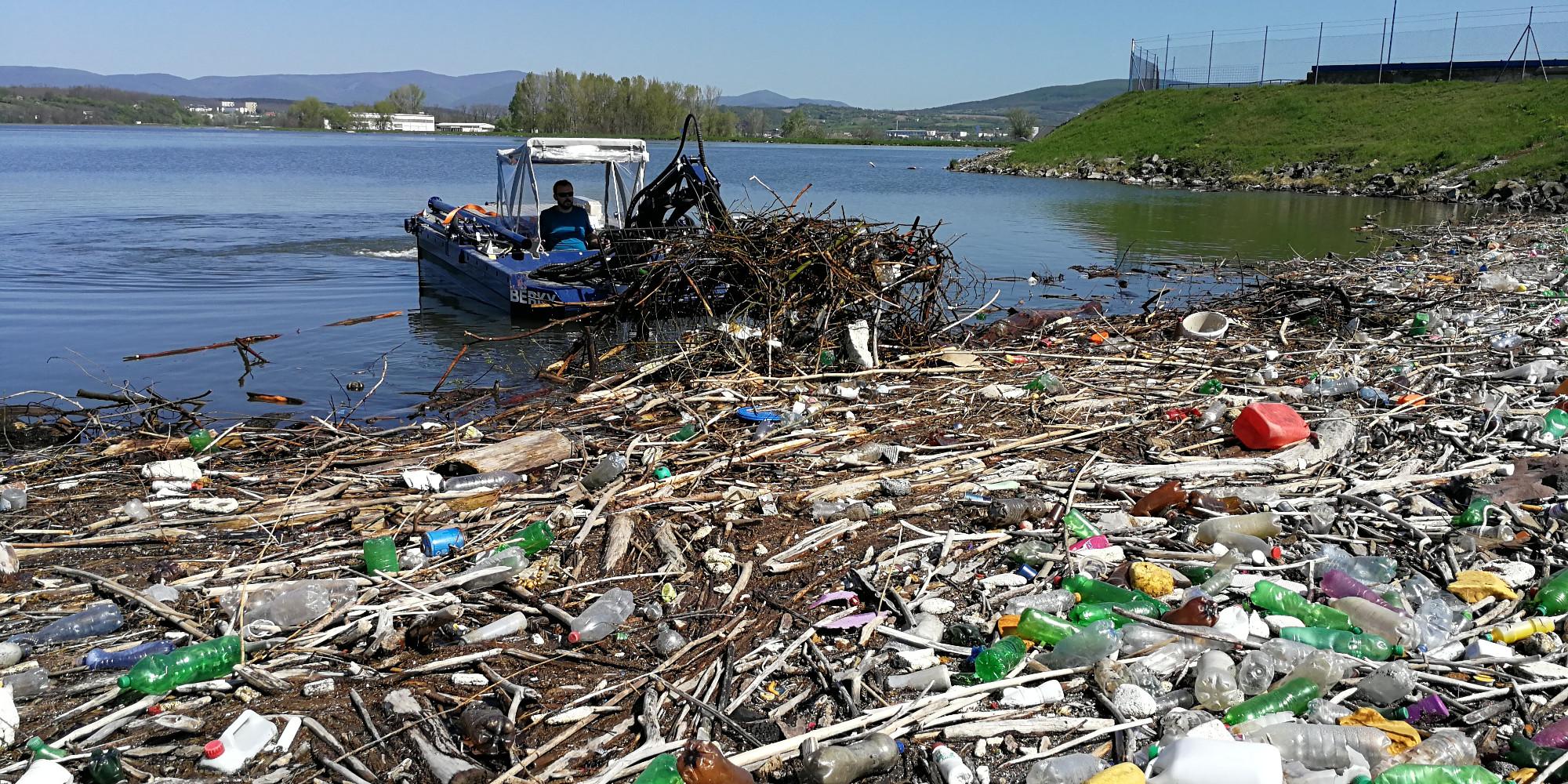 Bager Laborec, dredger, suction dredger, Laborec, dredging, mowing, kosenie jazier, kosenie nedostupných miest, kosenie bagrom, čisté jazero, čistenie jazier, zber odpadu, waste collection